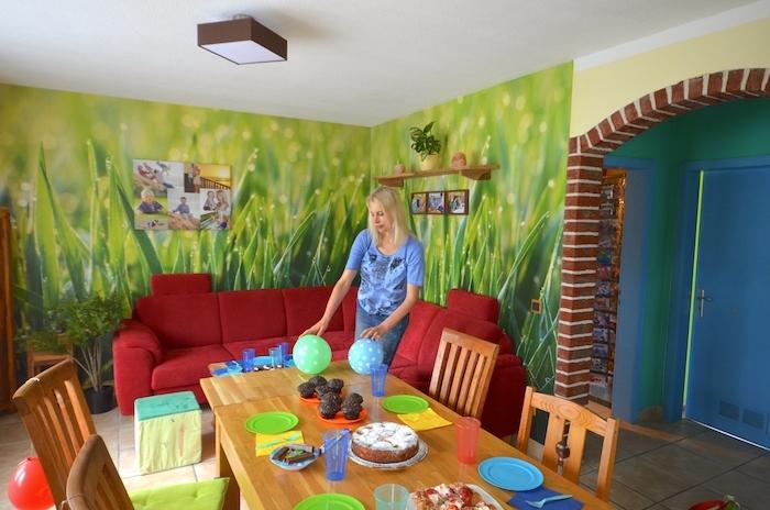 Neuer Look fürs Wohnzimmer, <div>grüne Grastapete und frischer Wind</div>