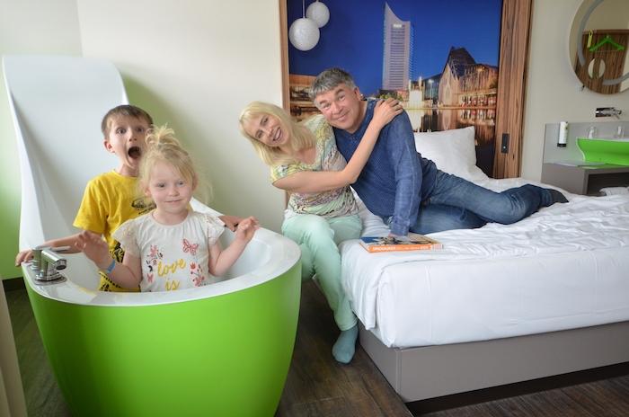 grüne Badewanne im Travel24 Hotel