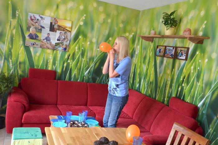 Luftballon aufblasen für Kinderparty
