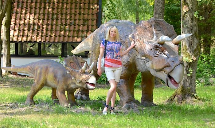 Elischeba vor Triceratops im Dino Zoo Metelen