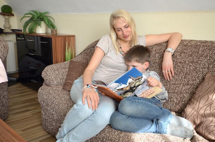 Buch lesen im Wohnzimmer