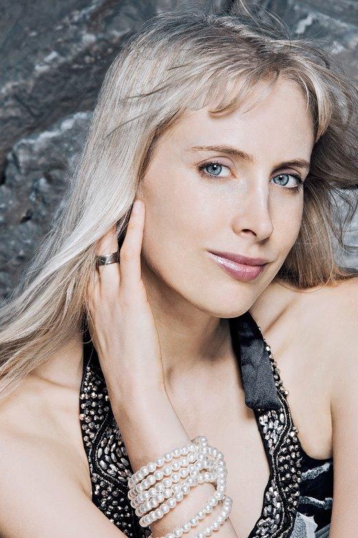 Elischeba Wilde - Portrait edel mit Perlenkette