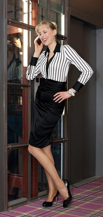 Elischeba – Business Lady mit Handy im Hotel