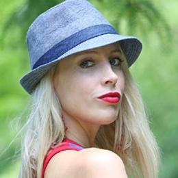 Elischeba Wilde - Portrait im Sommerlook mit Hut