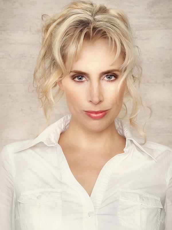 Elischeba Wilde - Portrait mit weißer Bluse