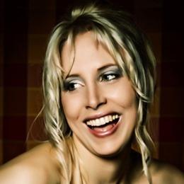 Elischeba Wilde - Portrait - happy