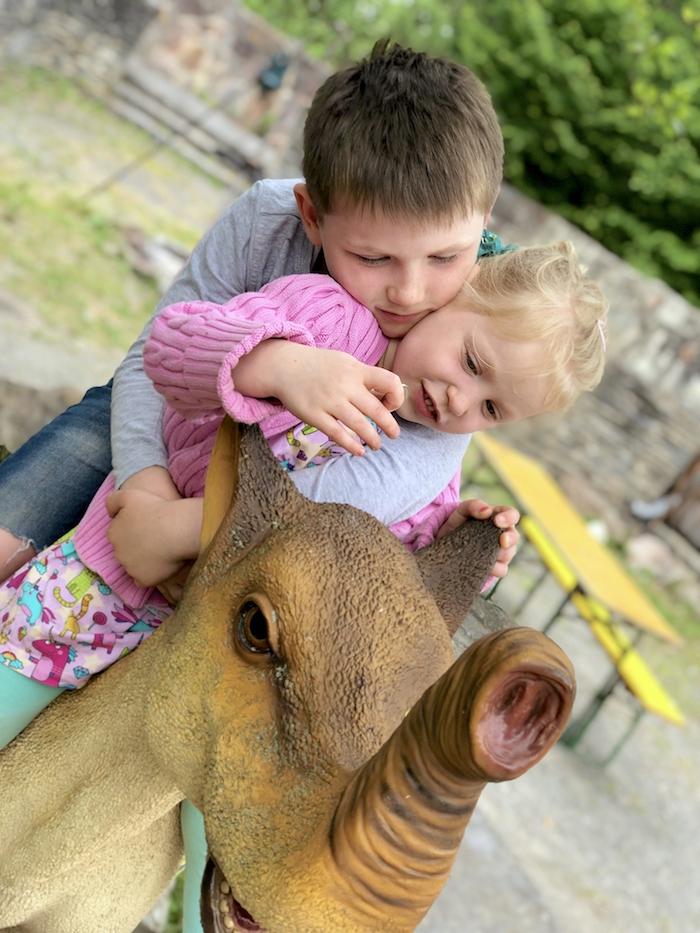Geschwister im Dinopark Teufelsschlucht