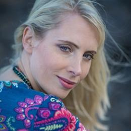 Elischeba Wilde - Portrait am Strand - Schulterblick