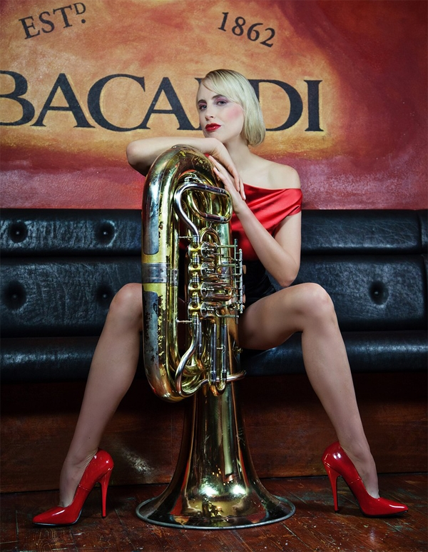 Elischeba Wilde – Bar Shooting mit Tuba