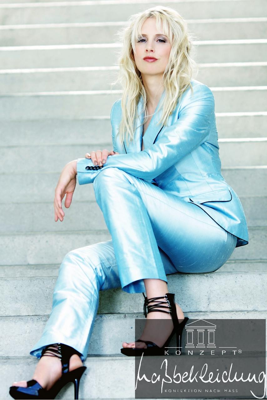 Elischeba Wilde im massgeschneiderten blauen Hosenanzug aus Seide