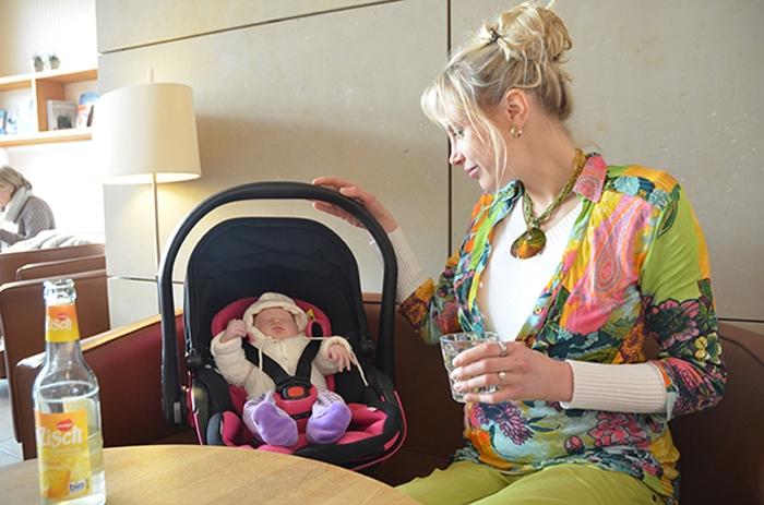 Babyschale im Restaurant