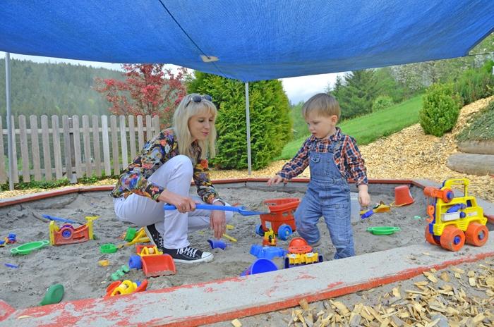 Elischeba und Leon auf dem Spielplatz im Schwarzwald
