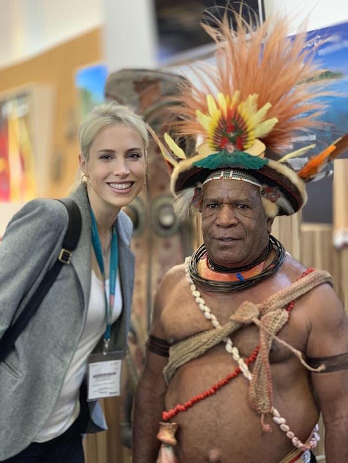 Elischeba am Messestand von Papua-Neu-Guinea