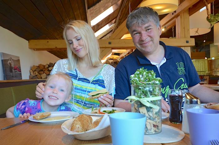 Frühstück im Hüttendorf Kirchleitn