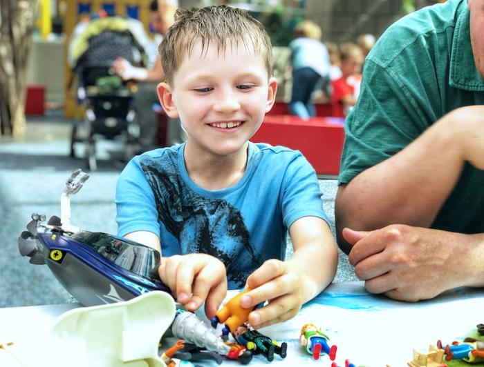 Junge spielen Playmobil