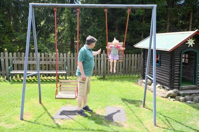 Spielplatz schaukeln Vater Tochter