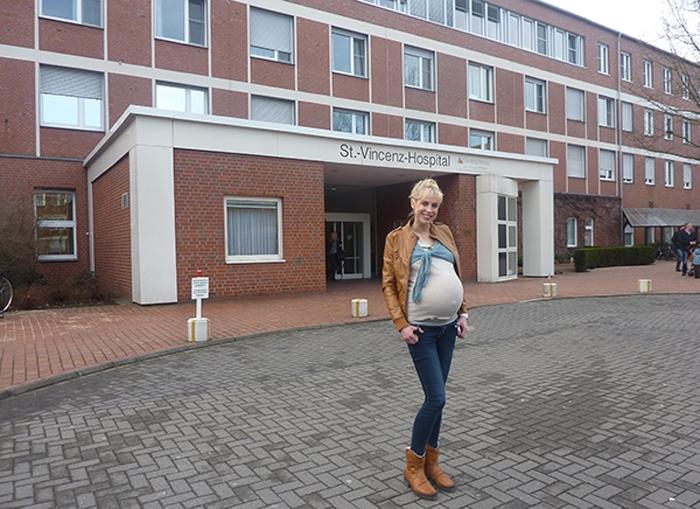 Elischeba mit Babybauch vor dem Krankenhaus in Coesfeld