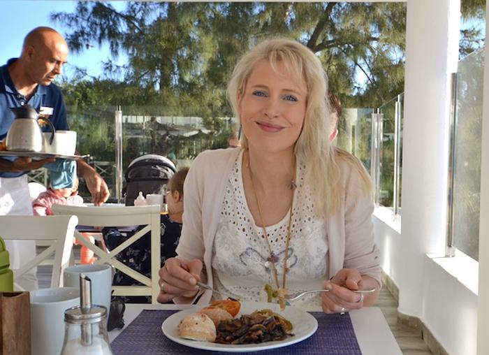 Elischeba genießt das Essen im Barlovento