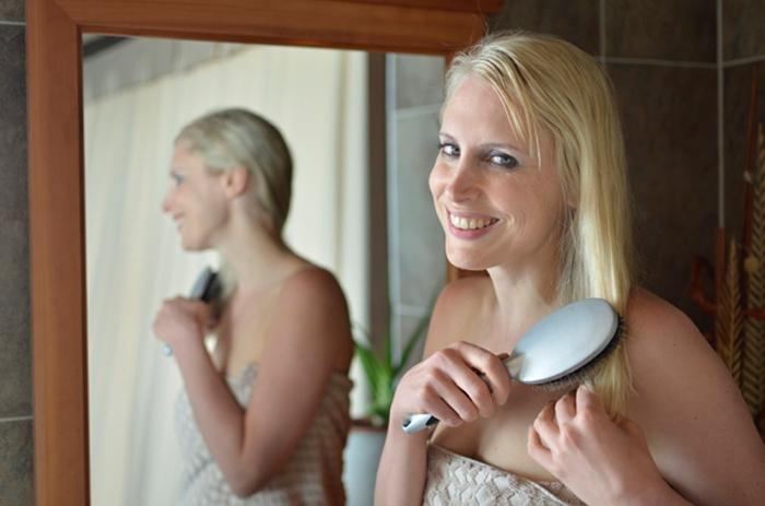 Elischeba beim Haare bürsten