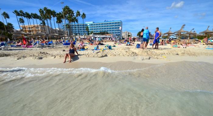 Strand von Sa Coma mit Touristen