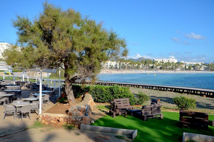 Wandern auf Mallorca - Blick auf den Strand von Sa Coma