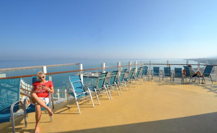Elischeba entspannt auf einem Kreuzfahrtschiff