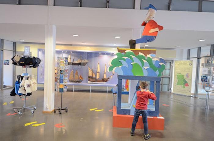 Küstenmuseum mit Schulkind