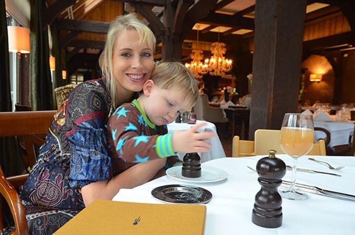 Elischeba im Restaurant mit Leon in den Niederlanden