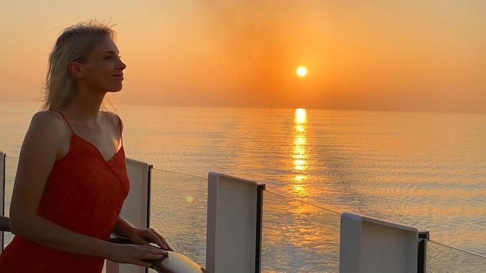 romantischer Sonnenuntergang - Model Elischeba Wilde auf AIDAprima