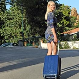 Elischeba mit Koffer - Fotoshooting für das Hotel Kalura