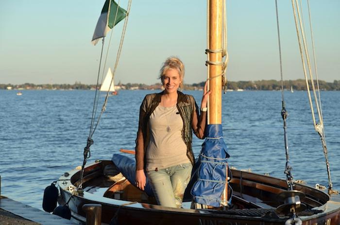Elischeba in der Abendsonne im Boot