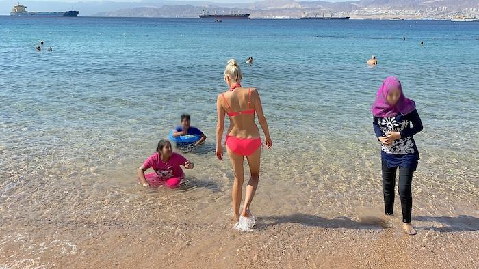 Elischeba beim baden in Jordanien