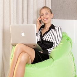 Business Lady Elischeba Wilde entspannt mit Mac und iPhone