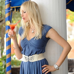 Elischeba Wilde mit Cocktail - Hotelshooting auf Sizilien