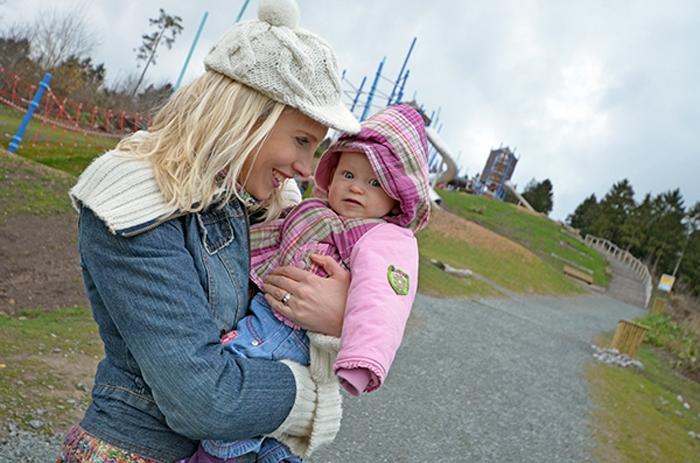 Elischeba mit Töchterchen Emily - Spielplatz im Sauerland