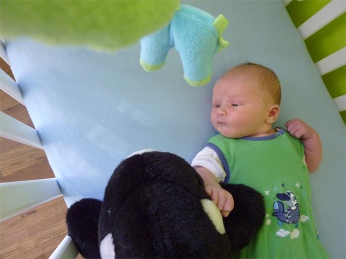 Leon in seinem Kinderzimmer