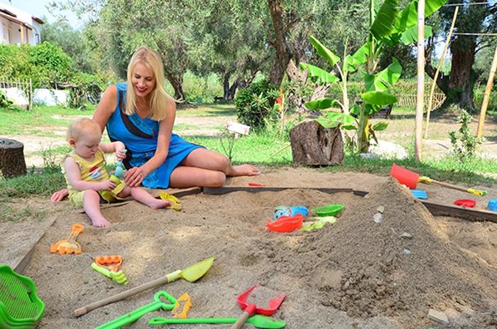 Elischeba mit Emily - Mama Baby Sandkasten