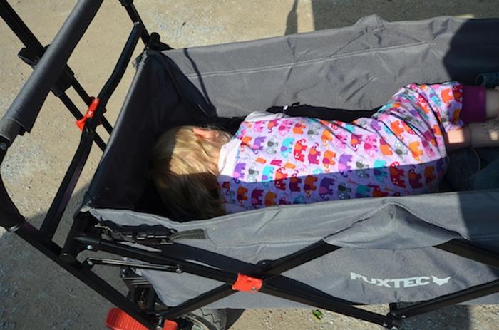 Mittagsschlaf im Bollerwagen