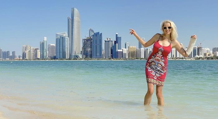 Elischeba genießt den Strand am Heritage Village