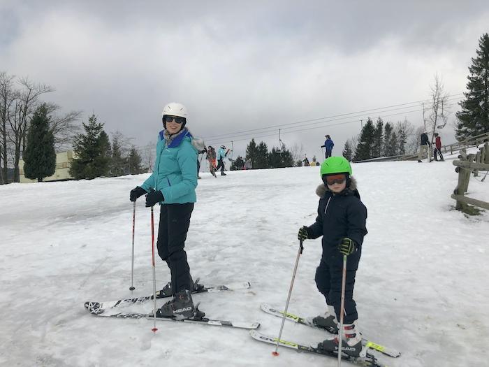 Elischeba und Leon beim Skifahren in Winterberg