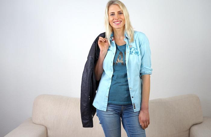 Elischeba Wilde im lässigen Jeans-Look