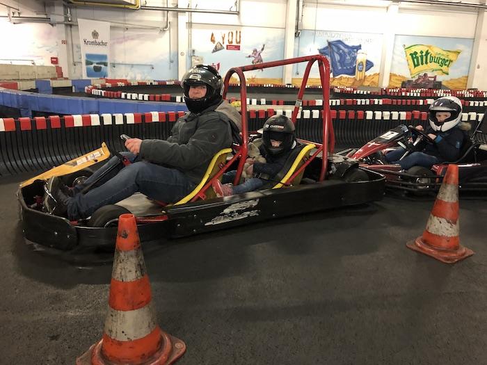 Rennwagen fahren für Kinder auf der Kartbahn