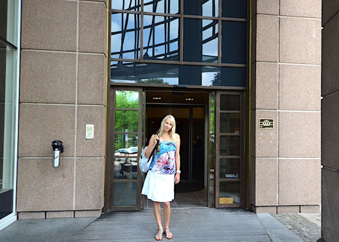 Elischeba vor dem Pullman Hotel Stuttgart Fontana