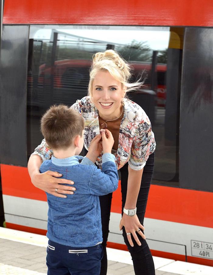 Elischeba Wilde - Zugfahrt Mama und Kind