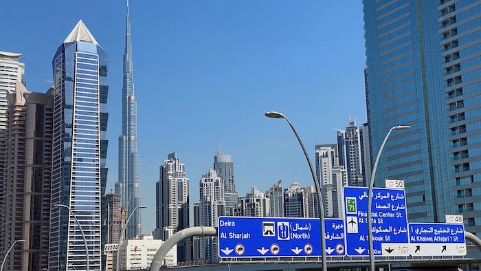 Blick aus dem Bus auf die Skyline von Dubai