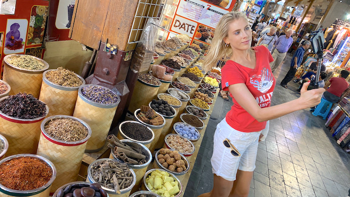 Elischeba mit Selfie-Stick auf einem arabischen Markt in Dubai