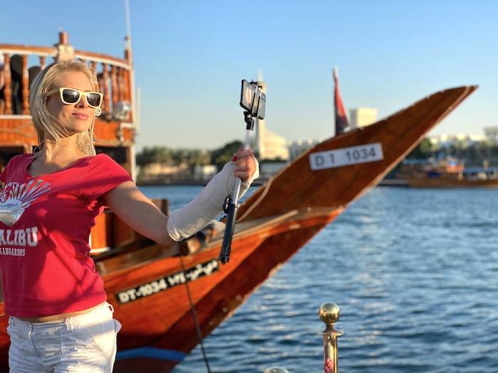 Elischeba Wilde im Hafen von Dubai vor einer Dhau