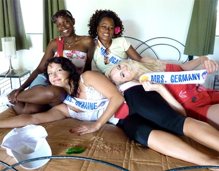 Models auf Bett im Anoasis Beach Resort