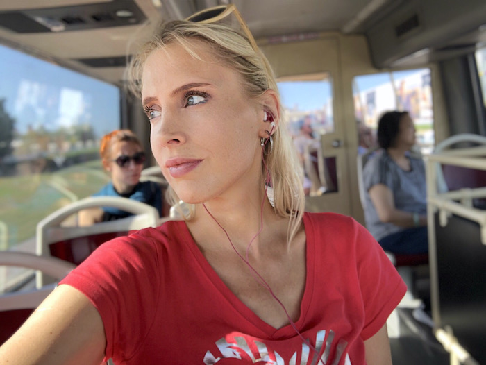 Elischeba Wilde im Doppeldeckerbus in Katar