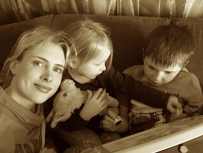 Selfie - Elischeba mit Kids - Sepia